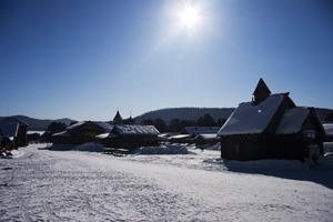 Schneelandschaft mit blauem Himmel und Sonne